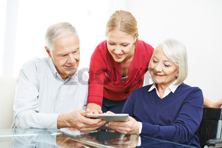 Großeltern lernen Benutzung von Tablet Computer