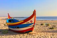 Buntes Boot am Strand von Espinho, Portugal