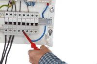 Elektriker mit Schraubendreher