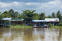 Dorf Abai am Ufer des Kinabatangan Flusses, Kinabatangan Flussebene, Sabah, Borneo, Malaysia