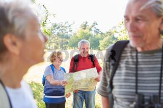 Senioren Wandergruppe mit Landkarte