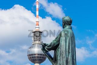 Berlin, Schinkelplatz mit Schinkel-Denkmal , Berliner Geschichte Fernsehturm im Hintergrund