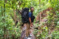 Guide trägt Gepäck durch den Dschungel des Gunung Leuser National Park auf Sumatra