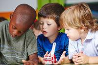 Jungs spielen zusammen im Kindergarten