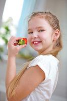 Lachendes Mädchen isst Erdbeere