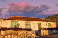 Auf der Kanareninsel Teneriffa präsentiert sich dieser Lost Place in einem herrlichen Licht der untergehenden Sonne