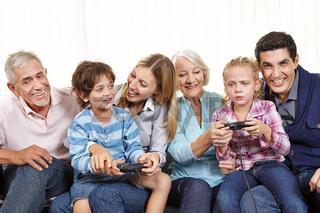Familie mit Controller spielt Videospiel
