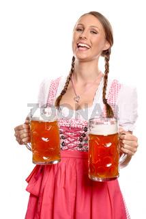 Lachende junge Frau serviert zwei Maßkrüge