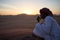 Beduine im Sonnenuntergang