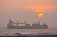 Schiff auf dem Meer vor untergehender Sonne-5.jpg