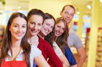 Supermarkt-Team in einer Reihe