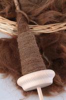 Mit der Spindel gesponnene braune Alpakawolle