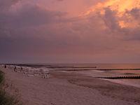 Sonnenuntergang am Strand der Ostsee bei Ahrenshoop, Mecklenburg-Vorpommern, Deutschland