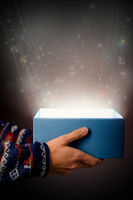 Lichtschein mit Sternen aus einer offenen Geschenkbox