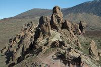 Roques de Garcia, Felsformationen aus Lavagestein, dahinter der Pico del Teide, 3718m, Parque Nacional de las Cañadas del Teide, Teide-Nationalpark, UNESCO Weltnaturerbe, Teneriffa, Kanarische Inseln, Spanien, Europa