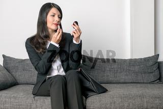 Geschäftsfrau mit rotem Lippenstift