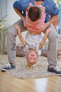 Vater und Tochter toben zu Hause
