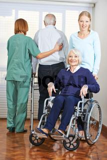 Frauen bei Altenpflege von Senioren