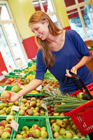 Frau kauft Äpfel im Supermarkt