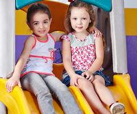 Freundinnen spielen zusammen im Kindergarten