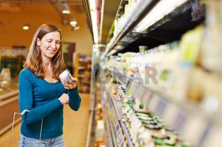 Frau kauft Milchprodukte im Supermarkt