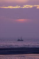 Schiff auf dem Meer vor untergehender Sonne-2.jpg