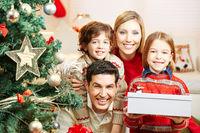 Glückliche Familie zu Weihnachten