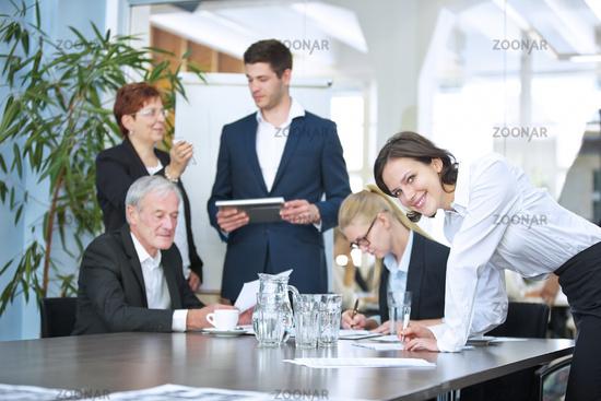 Geschäftsleute unterschreiben Vertrag