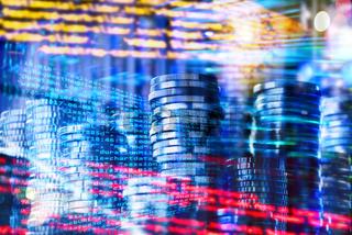 Programmcode mit Münzen und Technologie Hintergrund