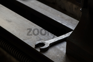 Detail einer Drehbank mit Gabelschlüssel