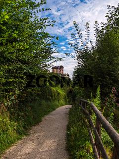 Fußgängerweg und Gebäude in Berchtesgaden in Bayern