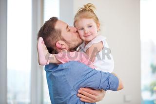 Vater küsst seine Tochter auf die Wange