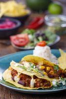 mexikanische Tacos mit Reis auf Holz