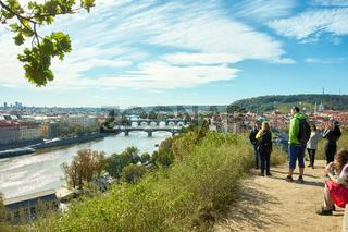 Touristen auf dem Hügel des Letna-Parks in Prag