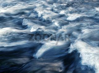 Flusslauf mit starker Strömung