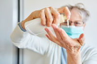 Alte Seniorin nutzt Handcreme zur Hautpflege