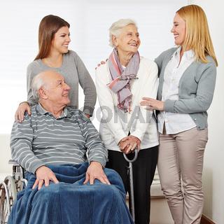 Familie mit zwei Senioren zu Hause