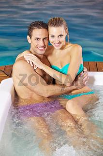 Paar im Urlaub im Whirlpool