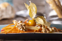 Karotten- und Apfelsalat auf Holz