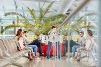 Familie beim Warten im Flughafen hat Langeweile