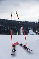 Skistöcke und Ski im Schnee - Skifahrer macht Pause