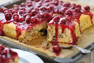 Stracciatella-Kuchen mit Kirschen