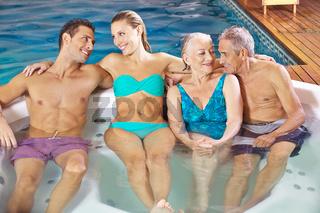 Paare beim Wellness im Schwimmbad