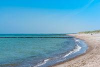 Buhnen am Strand der Ostsee des Bundeslandes Mecklenburg-Vorpommern