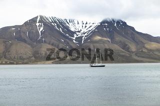 Bucht mit Segelschiff