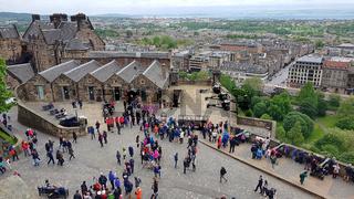 Besucher auf dem Mills Mount im Edinburgh Castle und Stadtpanorama