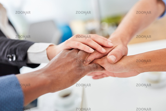Business Leute stapeln Hände im Büro