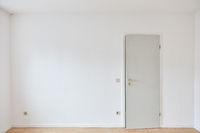 Tür in Wand in leerem Raum als Schlafzimmer oder Büro