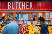 Singapur, Republik Singapur, Mann mit Mundschutz kauft in einem Supermarkt ein