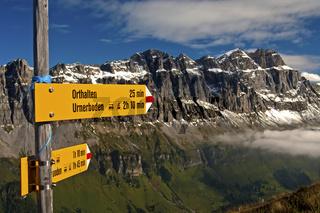 Wegweiser im Wandergebiet Urnerboden vor den Gipfeln der Glarner Alpen